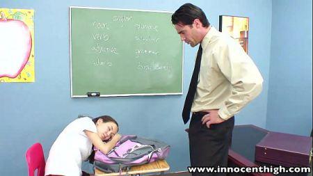 นักเรียนคนสวยแอบหลับในห้องเรียน โดนครูทำโทษโดยการเอาควยเสียบหีแม่งเลย