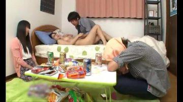 หนังโป๊แอบเย็ดแฟนเพื่อนก็เพื่อนมันเมาหลับไปแล้วคนที่เหลือต้องได้เย็ดสิ