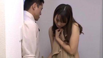 japan av ผู้หญิงขี้เงี่ยน เช่าห้องดูหนังโป๊แล้วเกี่ยวหีตัวเองจนน้ำพุ่ง แต่ผู้ชายแอบดูเลยโดนเย็ดสาแก่ใจ