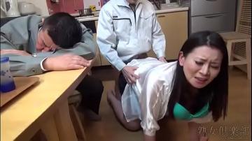 หนังโป๊ญี่ปุ่น คุณนายสาวผัวเมาหลับ โดนเพื่อนผัวเครมขยี้รูหีกระเด้าหนักแบบ uncensor ไม่มียั้ง